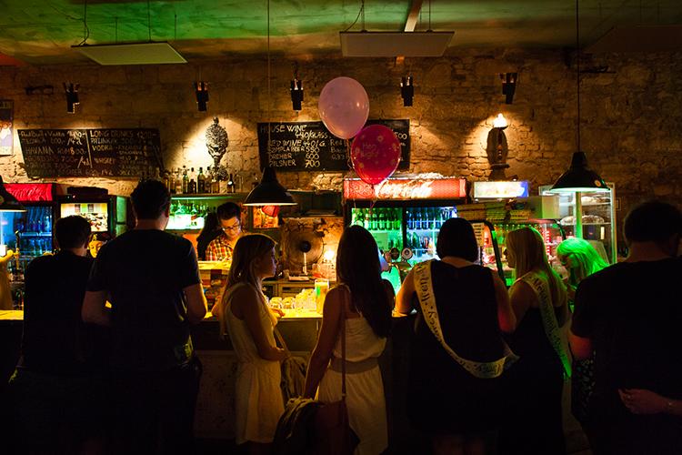 Enterrement de vie de jeune fille Lisbonne Tournée des bars Crazy-EVJF