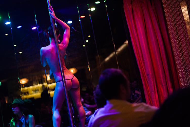 Enterrement de Vie de Garçon Paris Crazy-evG organisé par Crazy-Voyages Entrée en stripclub
