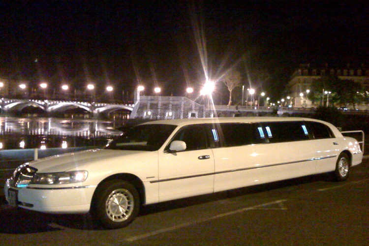 Lincoln Limo City Tour in Bordeaux.