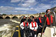 Speedboat sur la Seine pour mon séminaire à Paris | Séminaire | idée séminaire | voyage d'affaires | activité séminaire | Incentive | séminaire festif | collègues | congrès | colloque | meeting | conférence